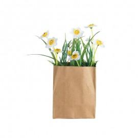 Hierba en bolsa de papel