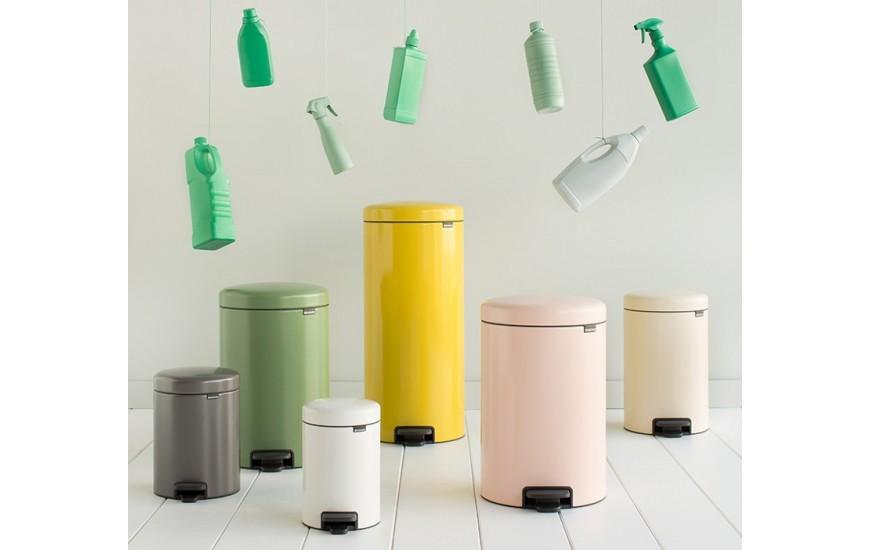 Cubos de reciclaje y bolsas de la basura