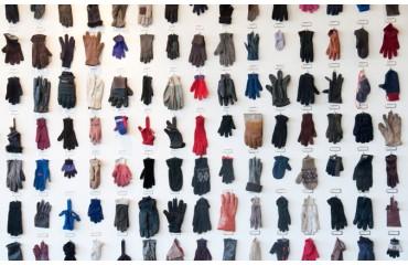 """El """"glove wall"""" o muro de los guantes, de Oxo"""